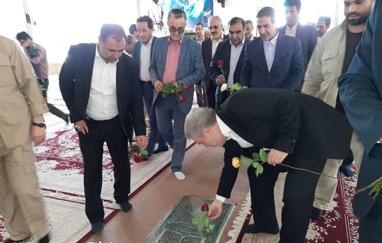 ادای احترام دکتر مونسان به مقام شامخ شهیدان در یاسوج