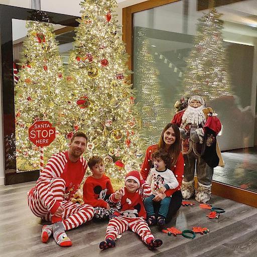 مسی به همراه خانواده آماده کریسمس شد (